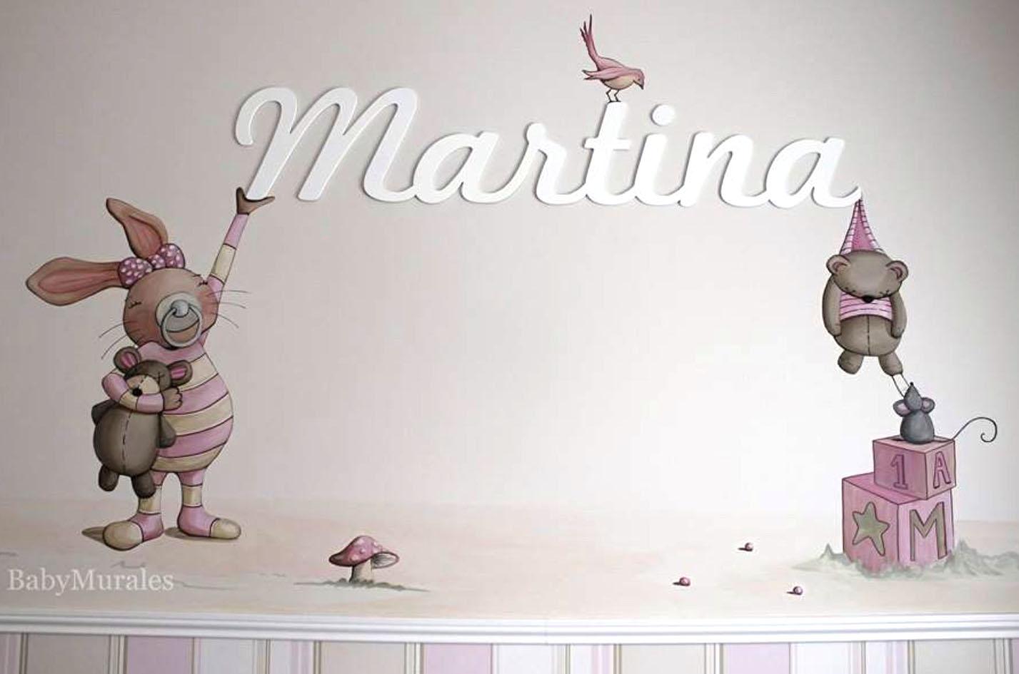 Encantadora combinación de ilustración realizada en mural y nombre de madera de Dosy2 Bebé. Imagen cedida por Babymar Alhaurín - Tienda de decoración infantil.
