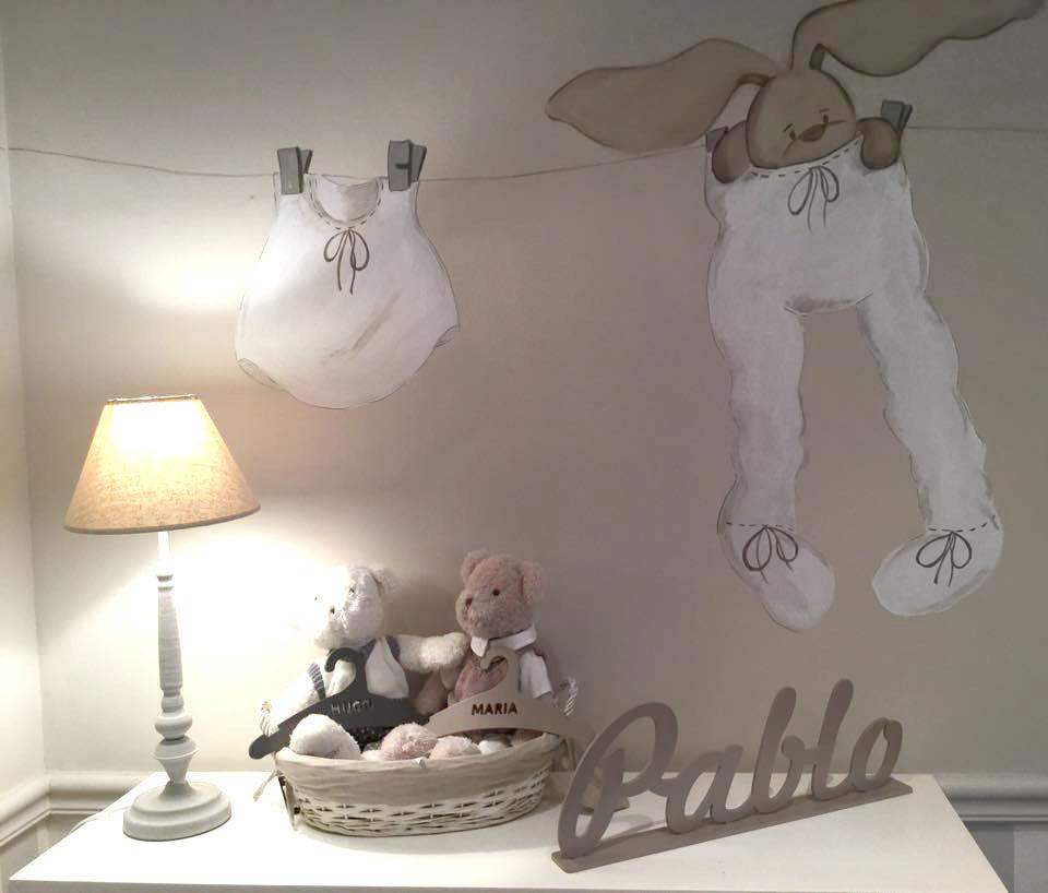 Bonito mural infantil de pared que combina a la perfección con otros elementos decorativos como el nombre con peana (Pablo) y perchas personalizadas, de Dosy2 Bebé. Imagen de MB Deco - Be Baby.