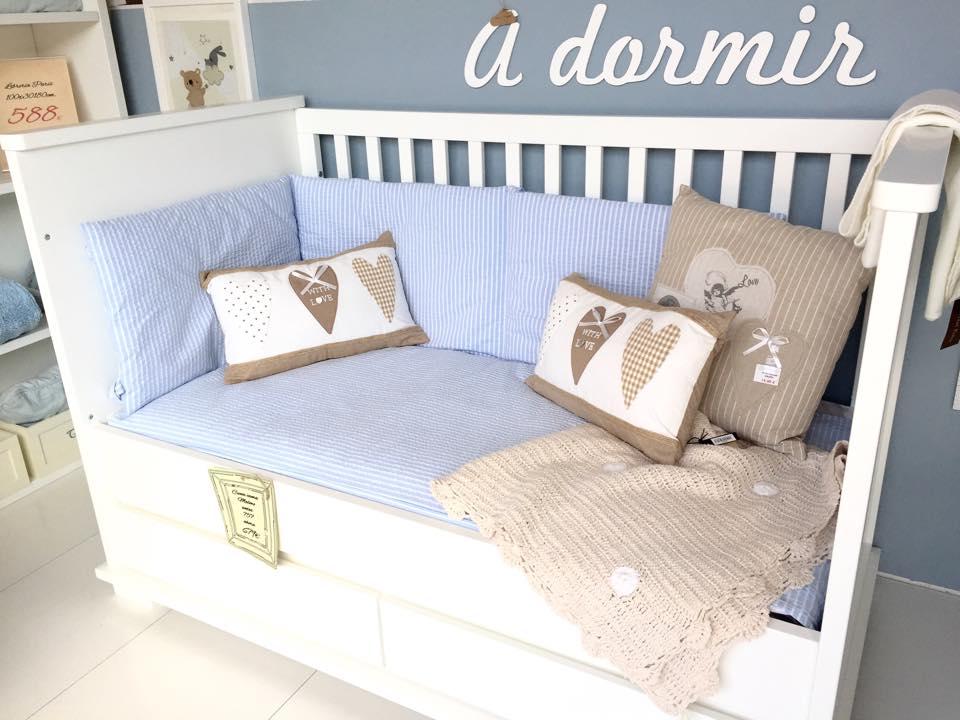 Elegante propuesta de decoración infantil basada en la combinación de un azul celeste clásico, blanco y beige. Imagen: Nudo de madera - Tienda de decoración y puericultura.